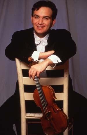 Un grand enfant joue du violon