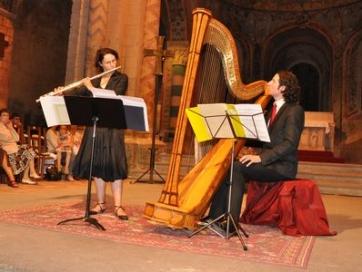 Flûte et harpe sous voûte romane
