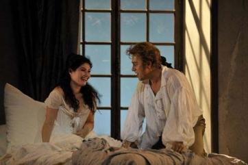 C'est la belle Manon, avec son chevalier