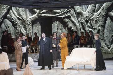 Alexey Tatarintsev (Iacha), Igor Golovatenko (Lopakhine), Marat Gali (Lionia), Thomas Bettinger (Un Invité) et Anna Krainikova (Varia) © Opéra national de Paris / Andrea Messana