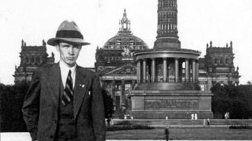 Geirr Tveitt (1908-1981) devant le Reichstag, Berlin