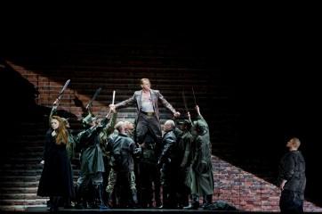 Martina Serafin (Sieglinde), Günther Groissböck (Hunding) et Stuart Skelton (Siegmund) Crédit : Opéra national de Paris/ Elisa Haberer