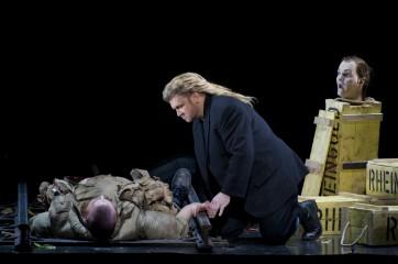 Peter Lobert (Fafner), Torsten Kerl (Siegfried) et la tête de Mime  Crédit : Opéra national de Paris/ Elisa Haberer