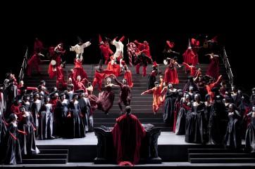 Vue d'ensemble avec Orlin Anastassov (Alvise Badoero) de dos au premier plan Crédit : Opéra national de Paris/ Andrea Messana