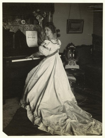 Femme jouant du piano, vers 2006 (Archives New YorK Public Library)