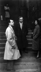 "Luigi Nono, Krzysztof Penderecki et Nuria Schoenberg devant la cathédrale de Varsovie à l'occasion du premier ""Automne musical de Varsovie"" en 1956 - © http://www.krzysztofpenderecki.eu"