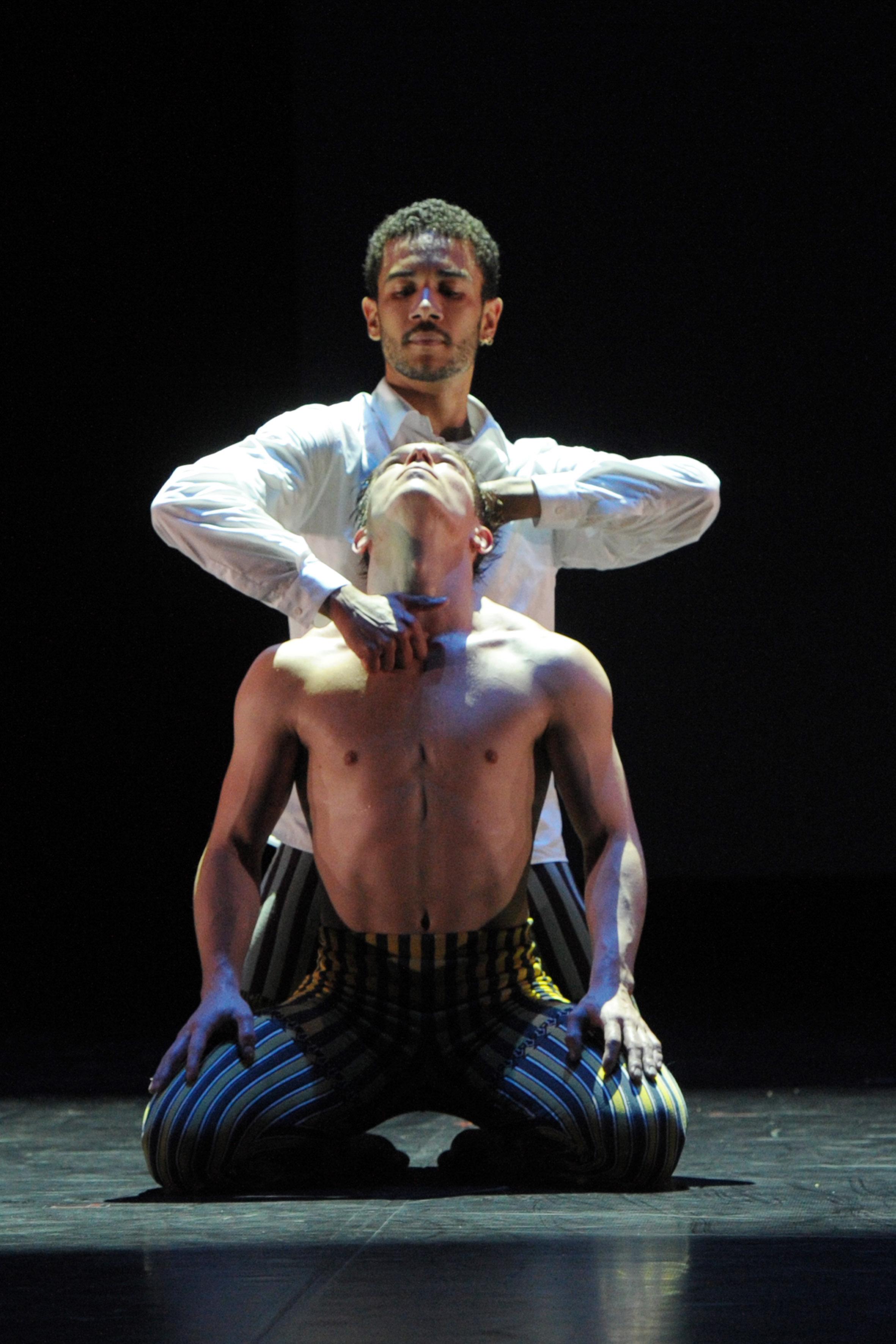 2 couples de danseurs se livrent un ballet coquin avec