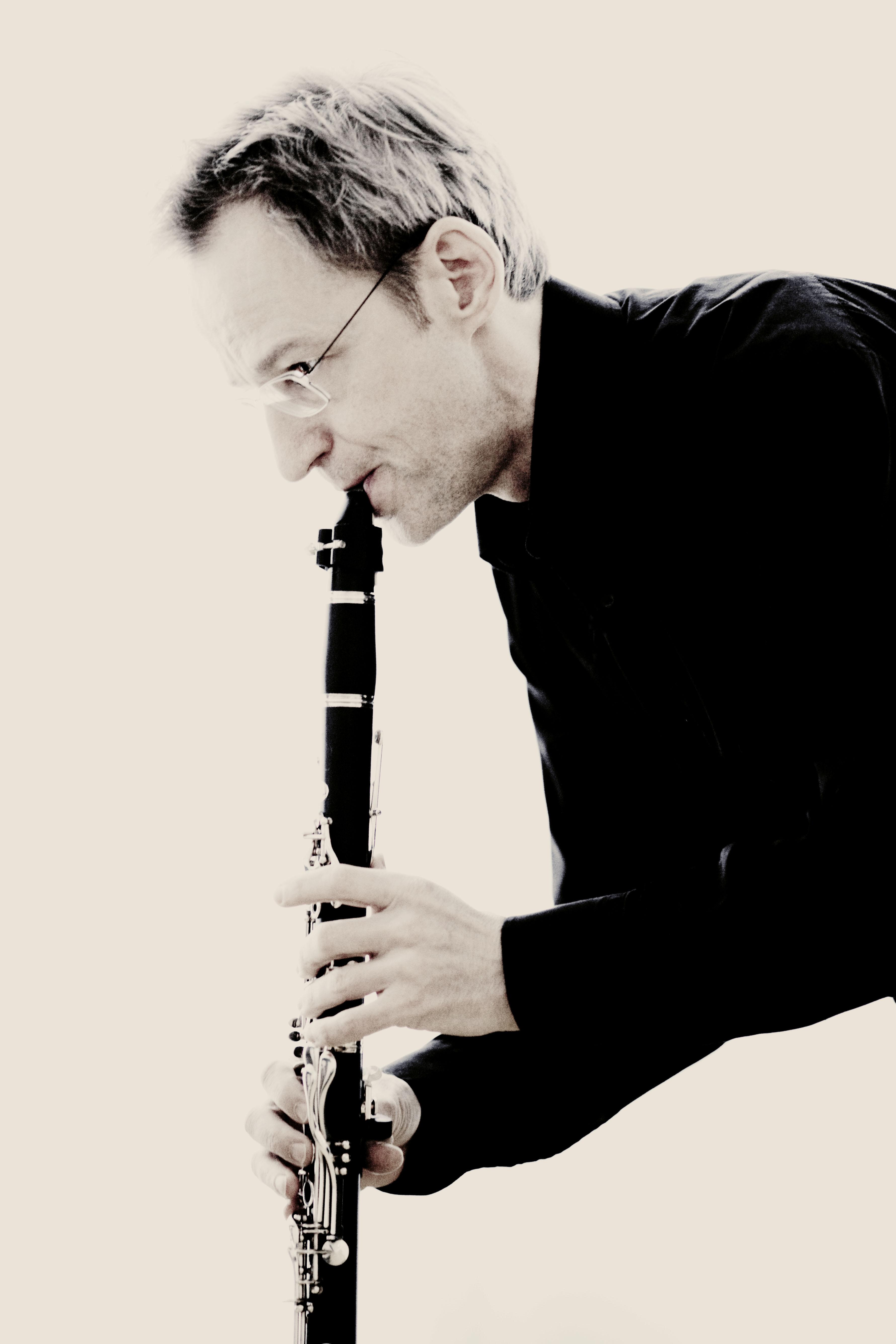 Kari Kriikku Kari Kriikku plays Saariaho39s clarinet concerto English