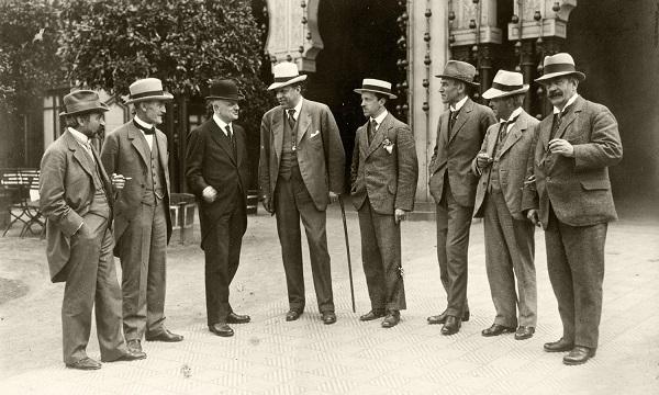 A partir de la gauche: Fr. Schnedler-Petersen, Robert Kajanus, Jean Sibelius, Georg Høeberg, Erkki Melartin, Wilhelm Stenhammar, Carl Nielsen, Johan Halvorsen. Photo prise à l'occasion d'un concert le 20 juin 1919.