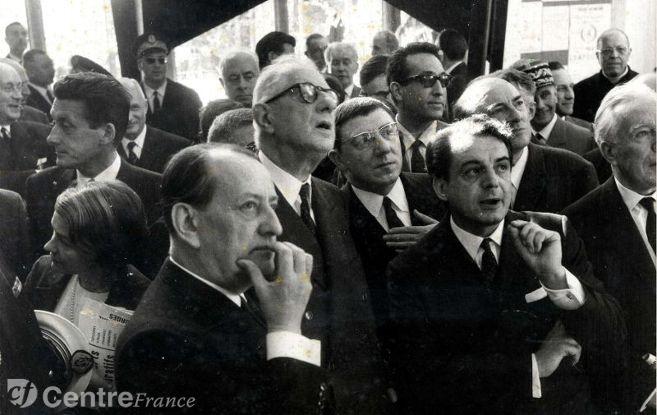 Visite du Général de Gaulle à la maison de la Culture de Bourges le 15 mai 1963 entouré d'André Malraux, Emile Biasini et Gabriel Monnet