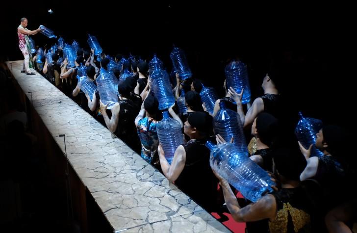 Carlo Cigni, le Grand prêtre Hiéros, distribue quelques gouttes d'eau