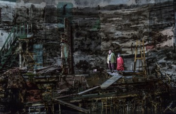 Bühne : Sabine Theunissen ; Kostüme : Greta Goiris ; Video Compositor & Editor : Catherine  Meyburgh Licht :  Urs  Schönebaum ; Video Operator : Kim Gunnings