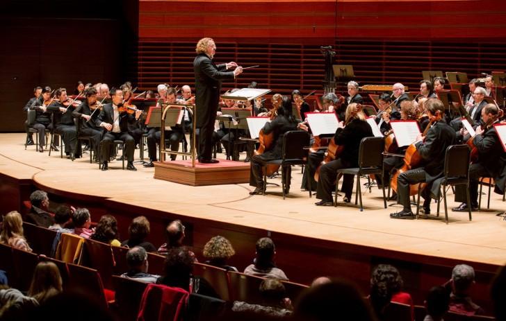 Stephane Denève conduisant le Brussels Philharmonic (c) Jessica Griffin