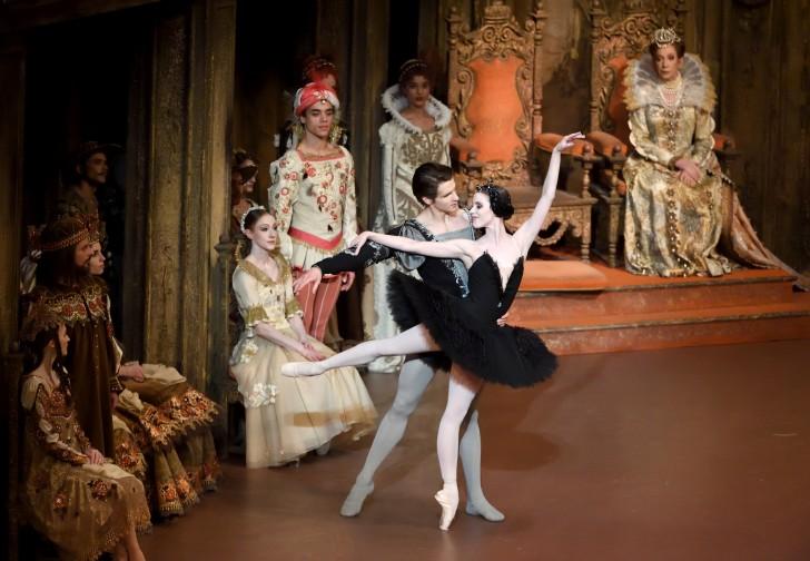 Schwanensee_Badenes_Moore_2(c)Stuttgarter Ballett