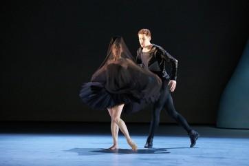 8583edc2c99 Stijn Celis revoit et corrige pour Bâle le Lac des Cygnes qu il avait conçu  en 2006 pour Berne où il fut le directeur artistique du ballet de 2004 à  2007.