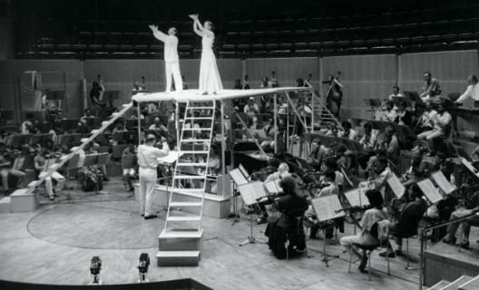 K. Stockhausen dirigeant Inori à la Philharmonie de Cologne en 1989.