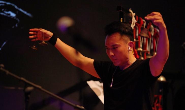 percussionniste et sonnailles