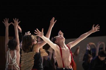 DU CHOEUR A L OUVRAGE -  Conception, musique et mise en scène Benjamin Dupé - Livret original Marie Desplechin - Collaboration au mouvement : Ana Gabriela Castro - Scénographie:  Olivier Thomas - Lumière : Christophe Forey - Costumes : Marion Poey - Assistanat à la mise en scène : Maud Morillon - Ensemble instrumental L'Instant Donné La Maîtrise de Caen Direction Olivier Opdebeeck - Assistante musicale : Priscilia Valdazo - Lieu : Théâtre de Caen - Ville : Caen - Le 17 05 2017 -  Photo : Christophe RAYNAUD DE LAGE