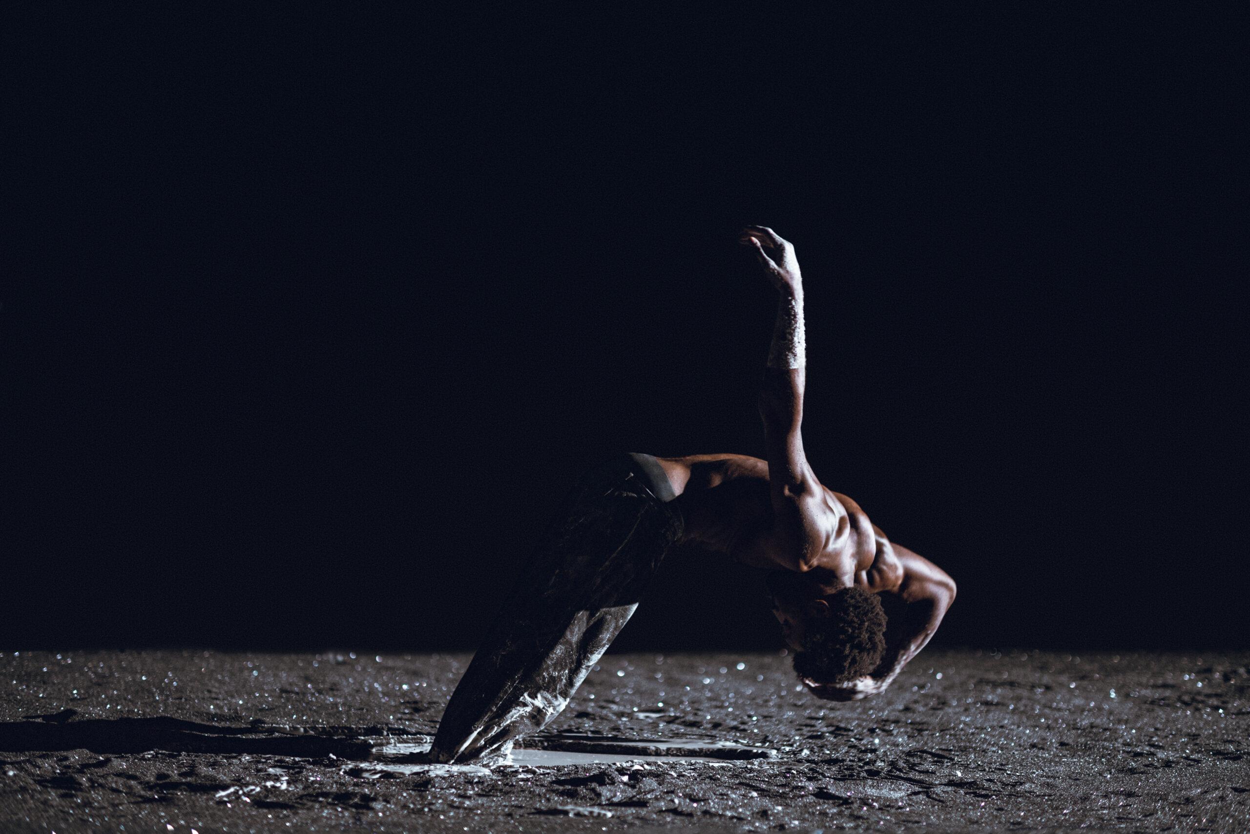 La poussière noire de Damien Jalet et Kohei Nawa dans Planet [wanderer] à Chaillot